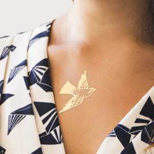 tattly_fiona_richards_cartolina_bird_gold_web_applied_01_grande