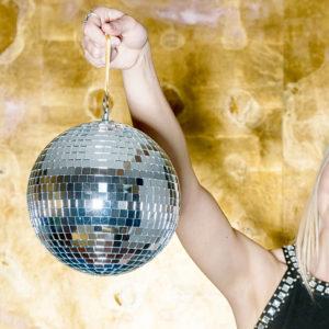 boule-a-facette-20cm-talking-tables-deco-disco-anniversaire